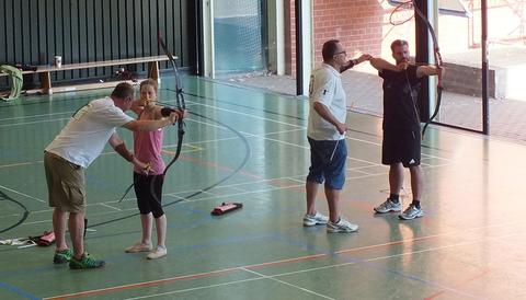 Zwei Trainer erklären das Bogenschießen.