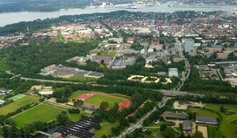 Luftaufnahme der Sportstätten und der angrenzenden Gebäude
